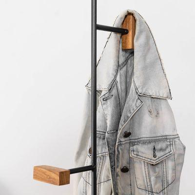 cabideiro-tracos-casaco-pendurato