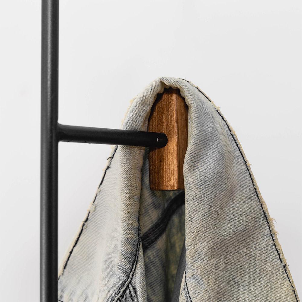 cabideiro-tracos-detalhe-madeira-nas-pontas
