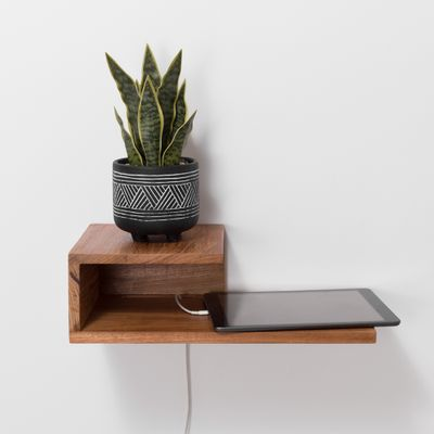 mesa-de-cabeceira-recortes-quatro-faces-na-parede-adornado-vaso-de-plantas