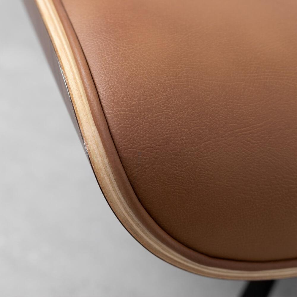 poltrona-charles-eames-com-puff-caramelo-detalhe-cadeira