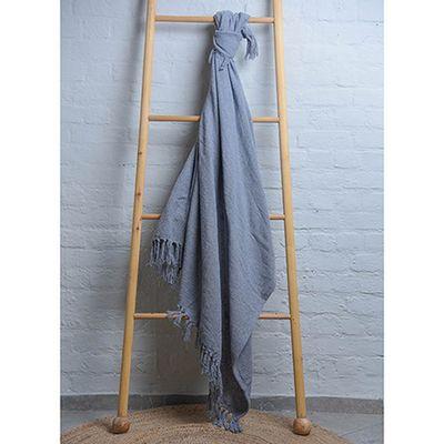 manta-arezzo-120-150-cinza-amarrada-a-escada