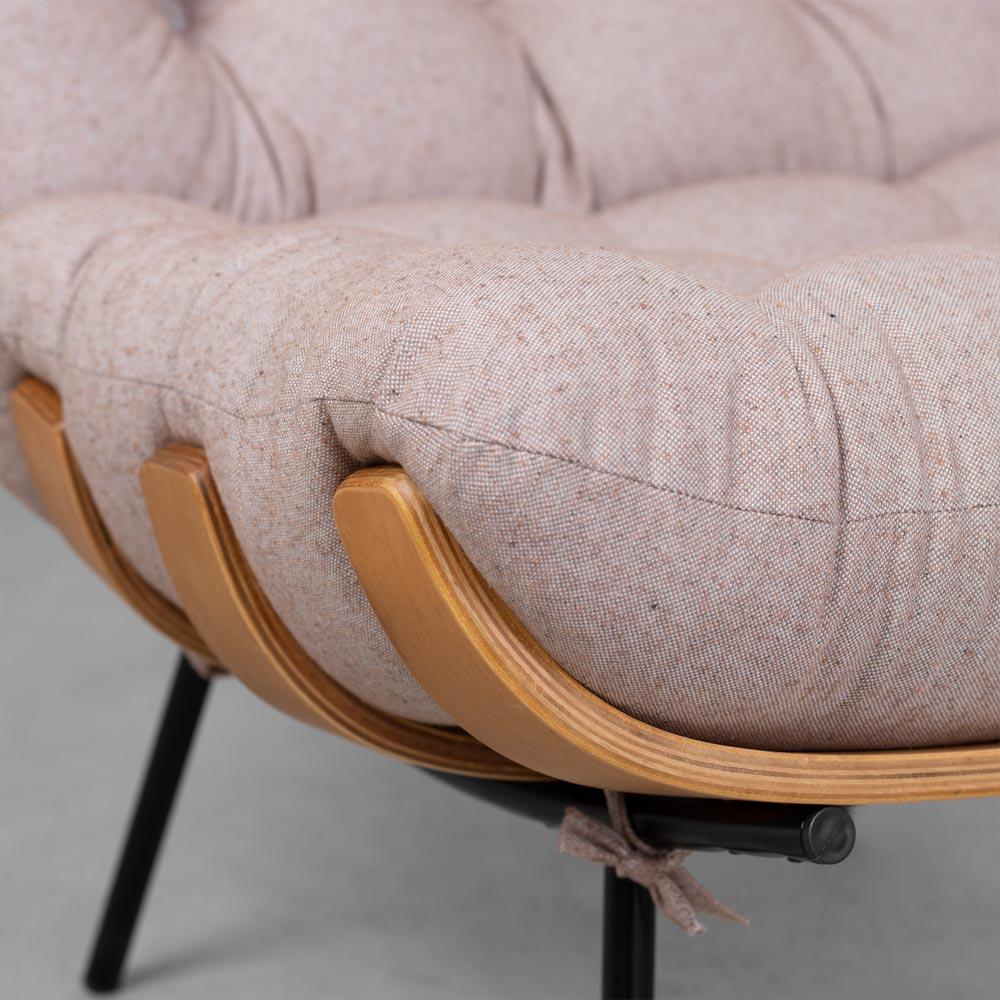 Poltrona-com-Puff-Costela-Cafe-com-Leite-detalhe-da-base-madeira-e-ferro