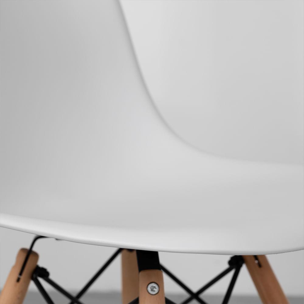 Cadeiras-Eiffel-Brancas-e-Pes-Madeira-detalhe-assento