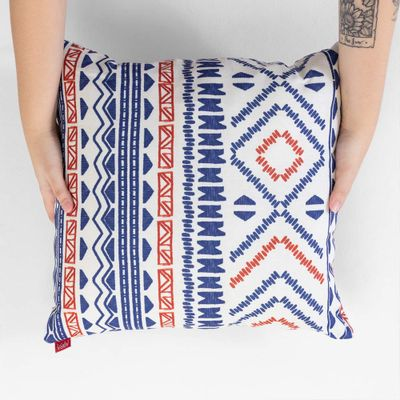 almofada-quadrada-la-stampa-etnica-azul-e-rosa