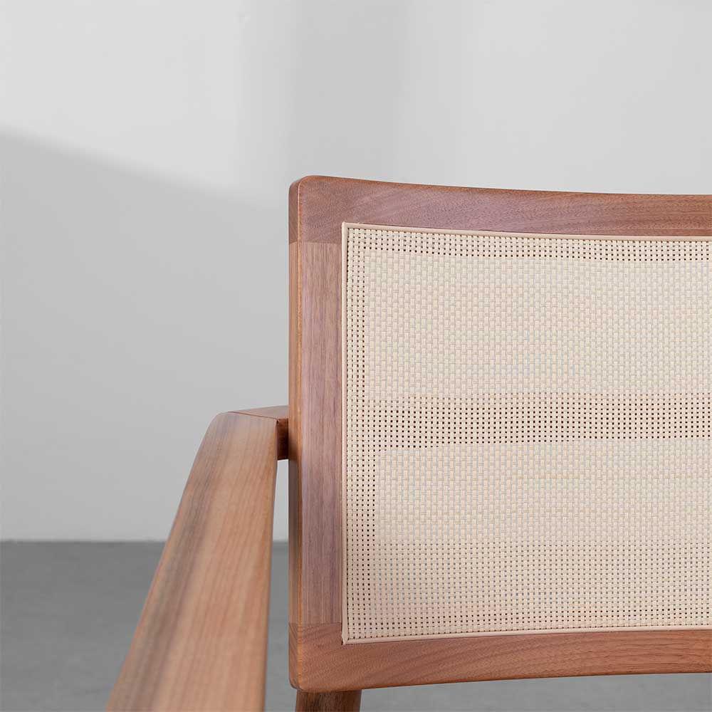 poltrona-chiara-em-madeira-detalhe-da-tela