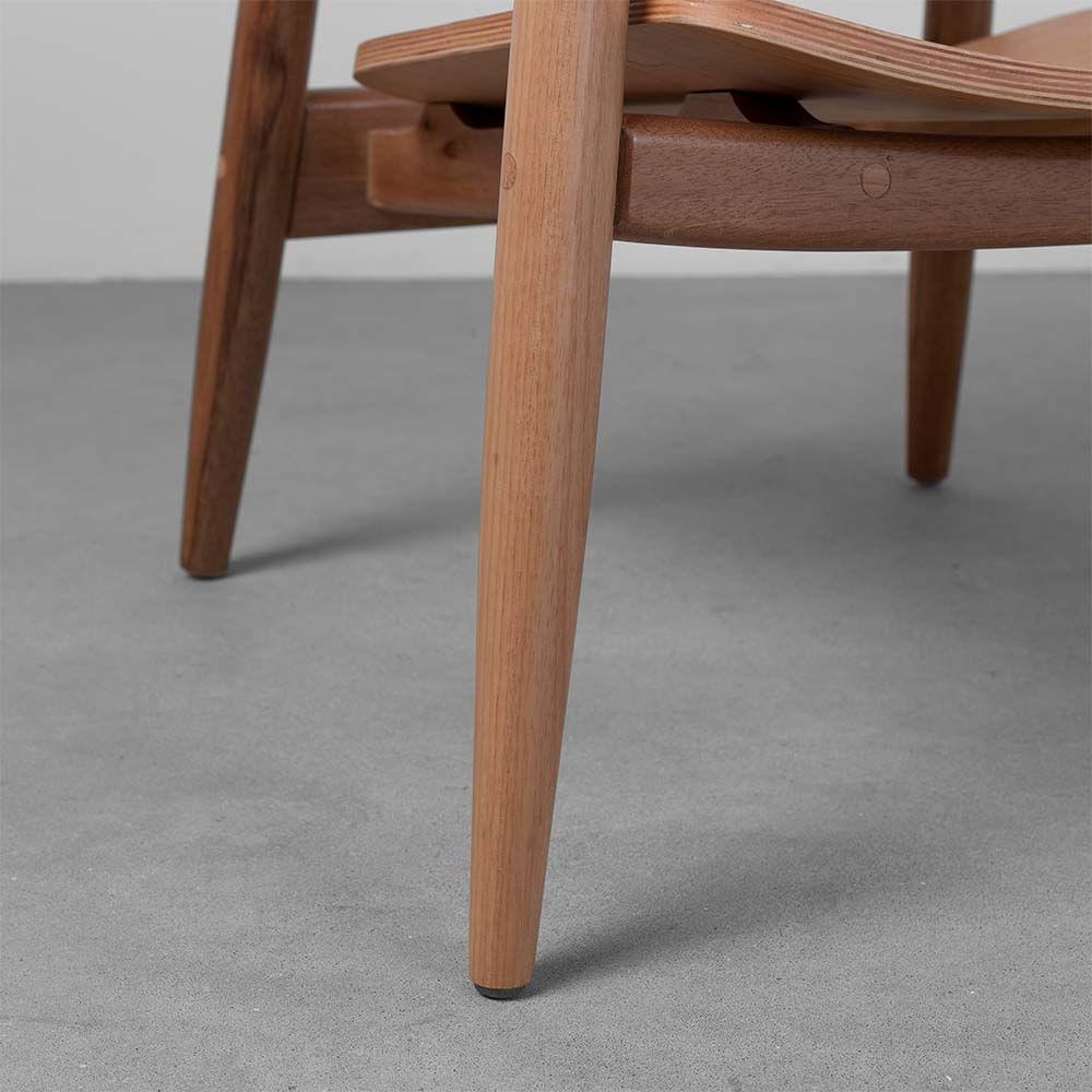 poltrona-chiara-em-madeira-detalhe-dos-pes