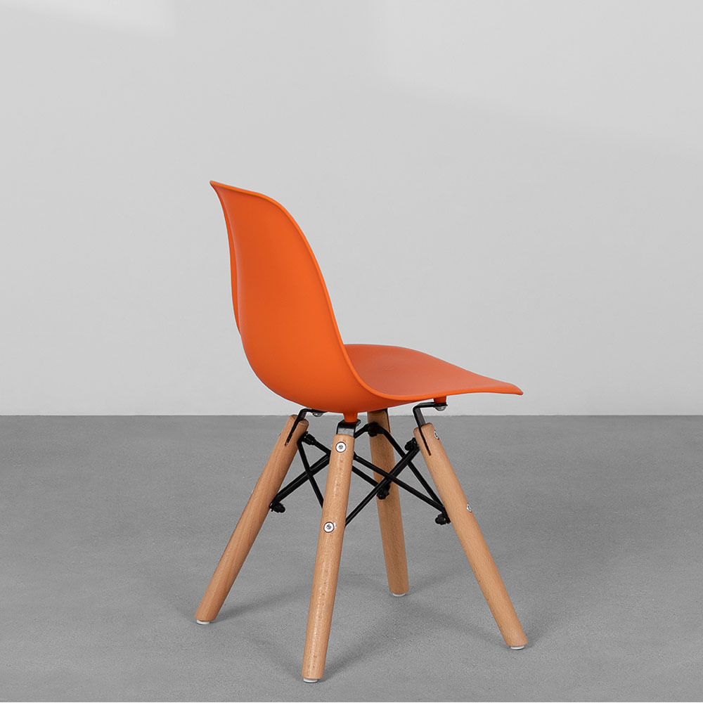 cadeira-eiffel-infantil-base-madeira-laranja-diagonal-traseira